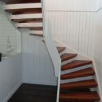 vit trappa med bruna steg